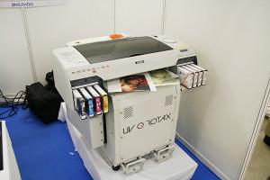 クロアチア・アゾン社の厚物UVプリンターを出品した倉敷紡績